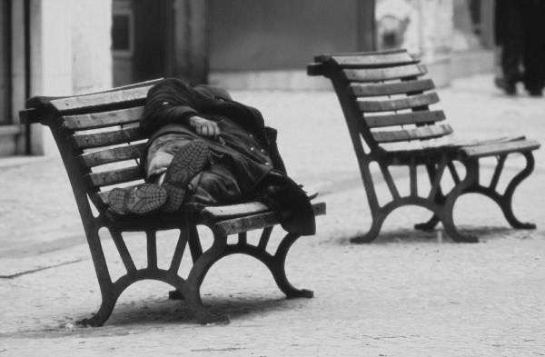 Panchine e povertà nella città-vetrina: occorre invertire la rotta!